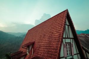 Et fantastisk flot, rødt tag på et gammelt hus.